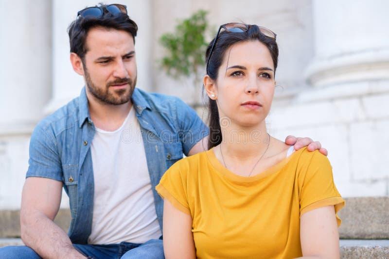 得到和平的年轻夫妇在争论以后 免版税库存图片