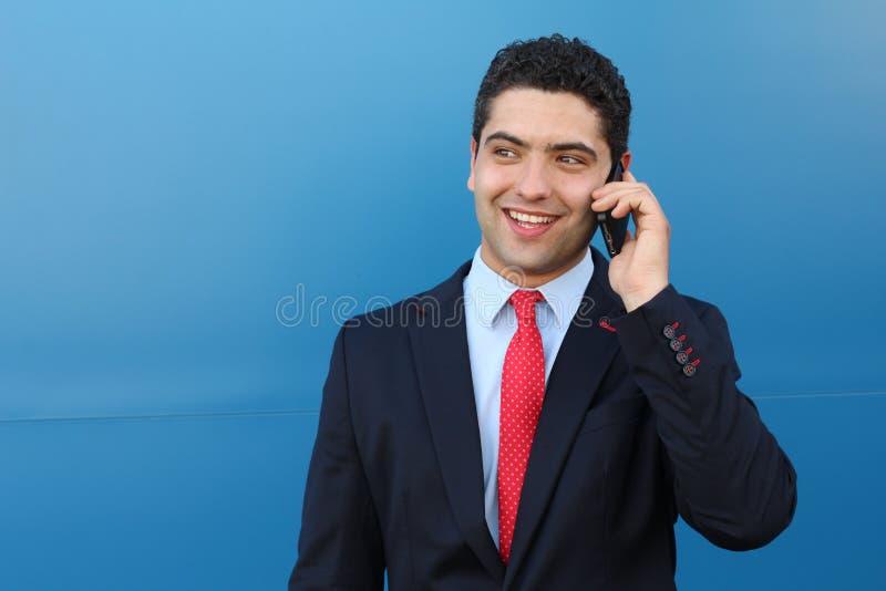 得到在电话的惊奇的商人了不起的新闻 库存图片