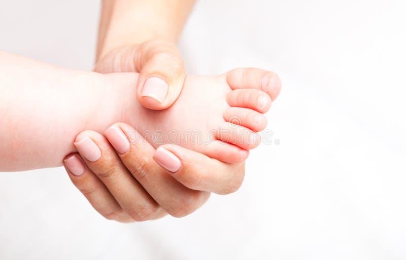 得到她的脚的整骨疗法治疗的小婴孩 图库摄影