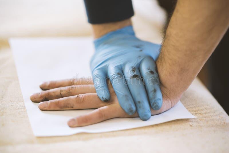 得到指纹手样品的过程进一步研究的 免版税库存照片