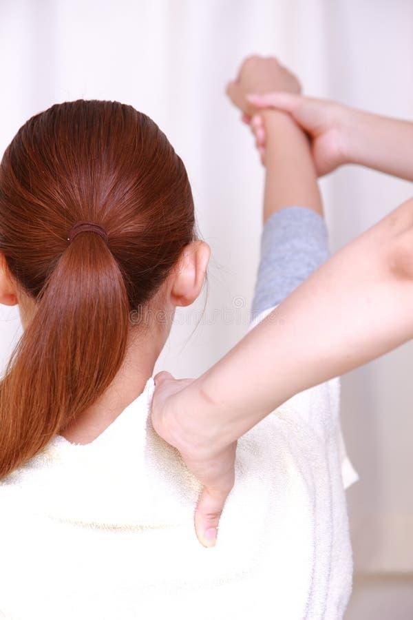 得到按摩脊柱治疗者的妇女 免版税库存照片