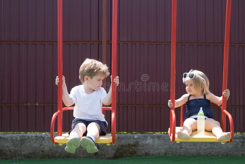 得到新理发 孩子的美发店 小兄弟和姐妹喜欢一起使用 女孩和男孩理发 库存照片