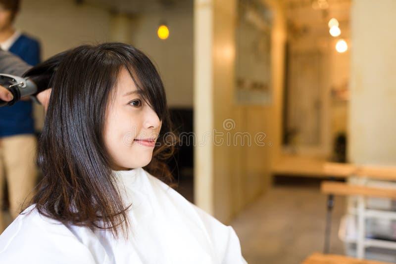 得到新的理发的妇女 库存照片