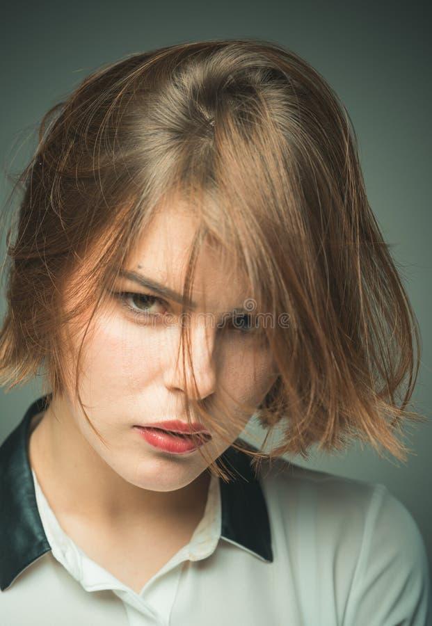 得到正确为头发类型切开 妇女的逗人喜爱的短的发型 称呼差错的短发避免 女孩神奇面孔 免版税图库摄影
