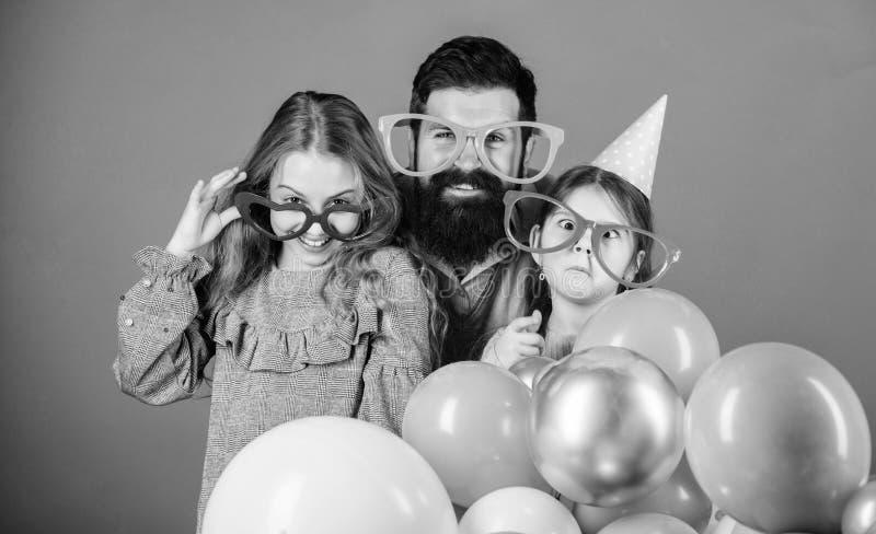得到滑稽 佩带党风镜的父亲和女儿家庭  享受党时间的父亲和女孩孩子 ?? 库存照片