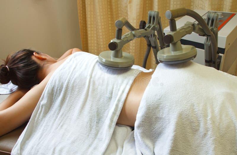得到物理疗法,治疗后面musc的妇女 免版税库存照片