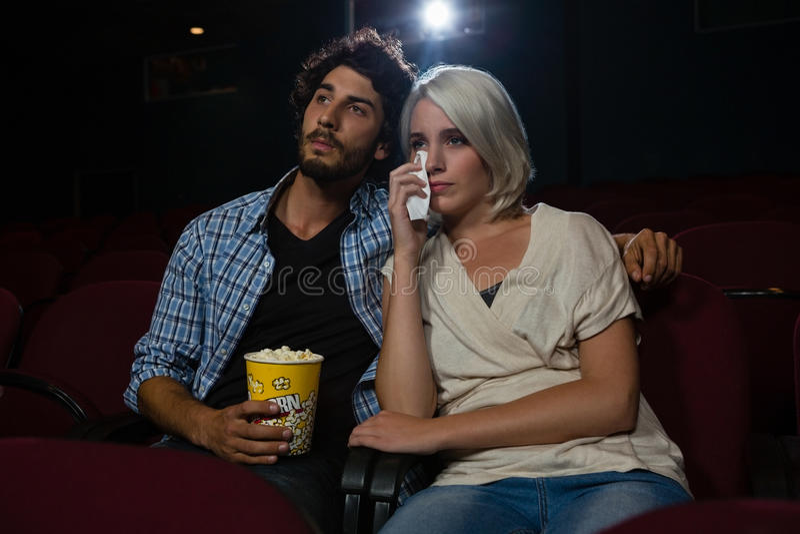 得到的夫妇情感,当观看电影时 免版税库存照片