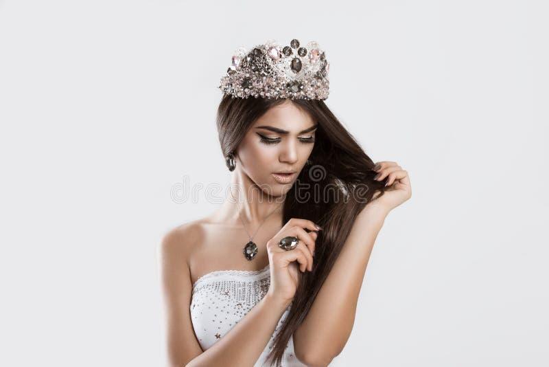 得到的选美皇后担心看见她的损坏的头发 免版税库存图片