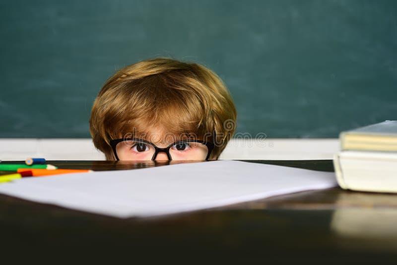 得到的Schoolkid或的学龄前儿童胁迫在学校 学校持强欺弱者 在家学会 黑板背景-拷贝 免版税库存照片