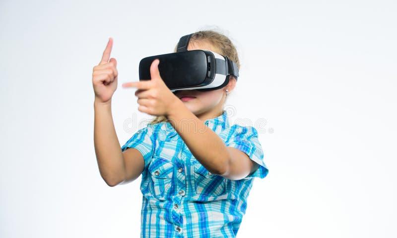 得到真正经验 虚拟现实概念 孩子探索现代技术虚拟现实 真正教育为 免版税库存照片