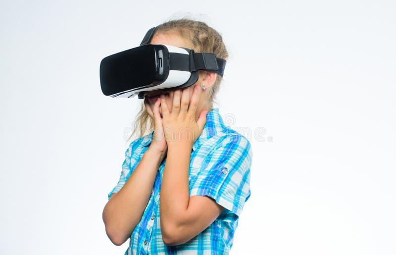 得到真正经验 虚拟现实概念 有的女孩逗人喜爱的孩子在白色背景头配显示器 小 库存图片
