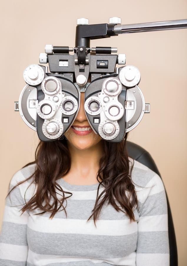 得到眼睛检查的妇女 免版税图库摄影