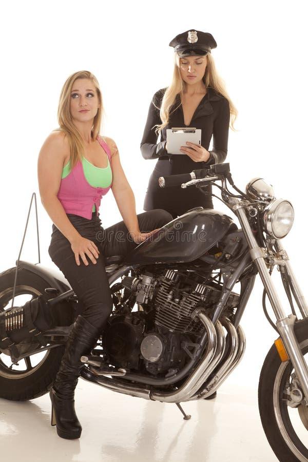 得到票的摩托车的妇女。 库存图片