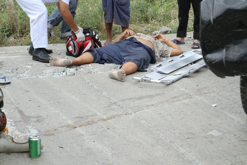 得到紧急帮助的受伤的人 图库摄影
