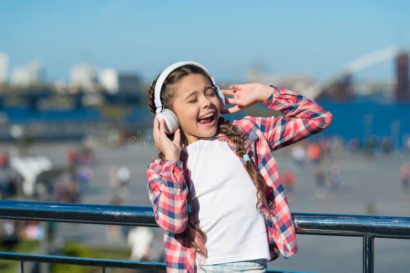 得到音乐家庭订阅 对数百万的通入歌曲 享受音乐到处 该当的最佳的音乐应用程序 库存图片