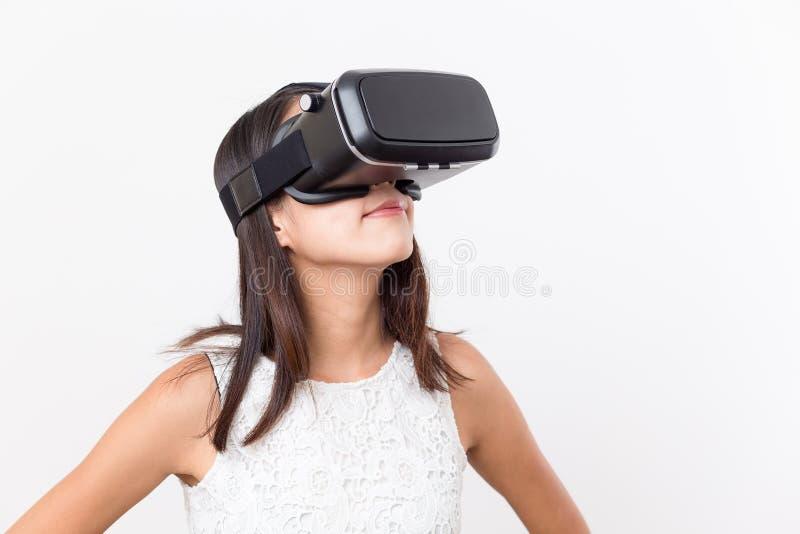 得到经验的妇女使用VR耳机玻璃 图库摄影