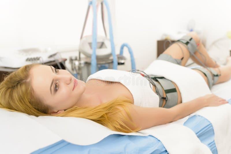 得到Electrostimulation疗法的美丽的妇女 库存图片