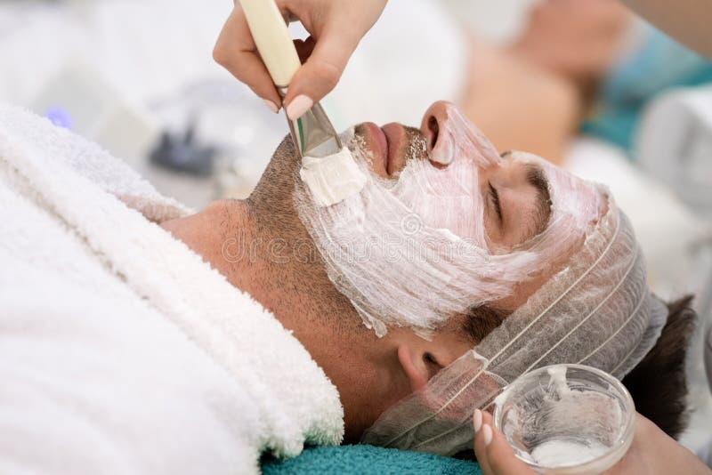 得到skincare化妆治疗的人 免版税图库摄影