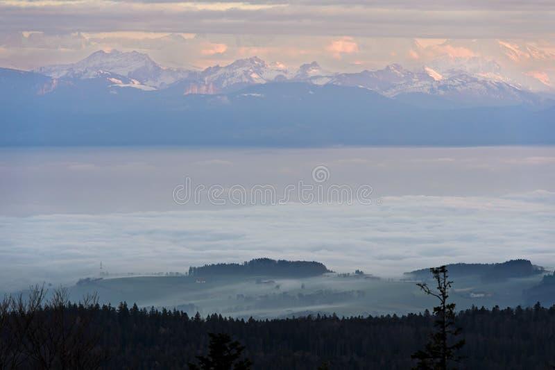 徘徊在莱芒湖上的秋天雾 库存图片