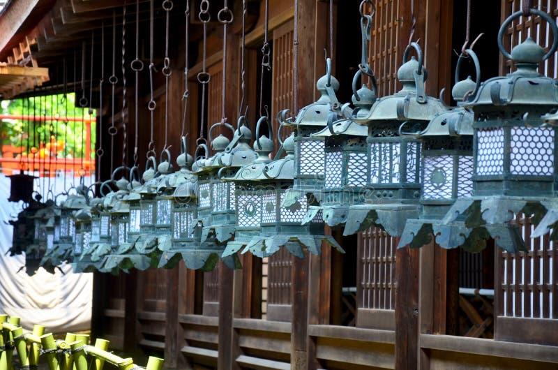 徘徊在Kasuga S木教会的黑钢灯笼  免版税图库摄影