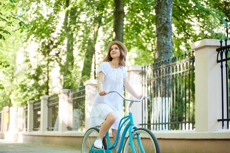 循环在公园的快乐的妇女 库存照片