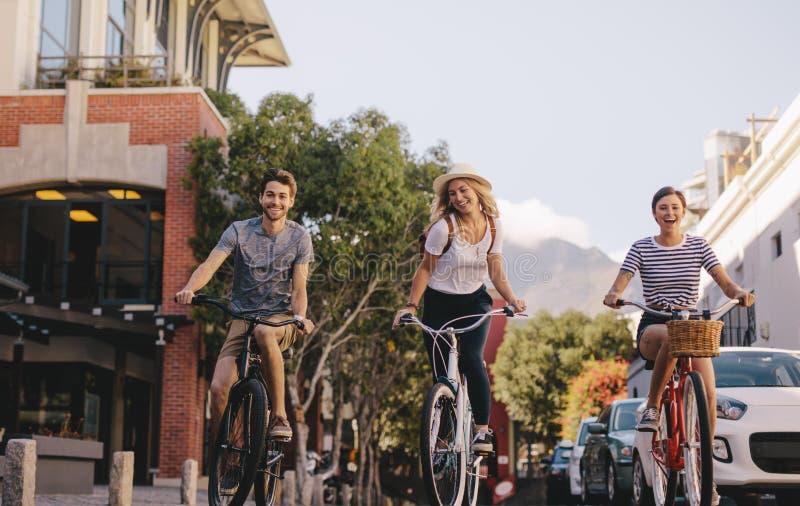 循环在城市的小组朋友 库存图片
