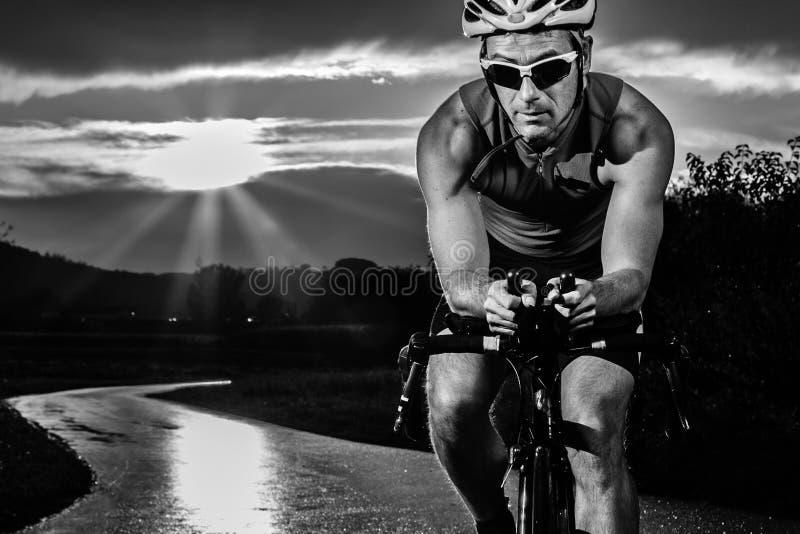 循环在日出的Triathlet 库存照片