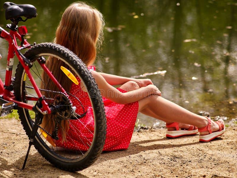 循环女孩的自行车坐自行车岸入公园 免版税图库摄影