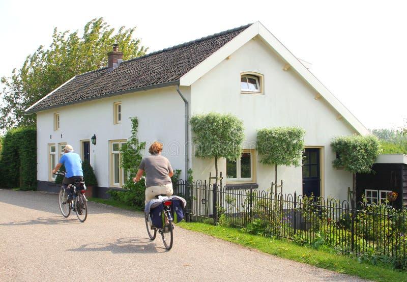 循环沿一个传统荷兰房子, Betuwe, NL 免版税库存照片