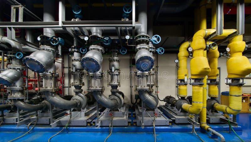 循环泵,在地下室的更加寒冷的水泵 库存图片