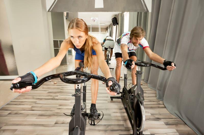 循环的健身房美丽的妇女人 免版税库存图片