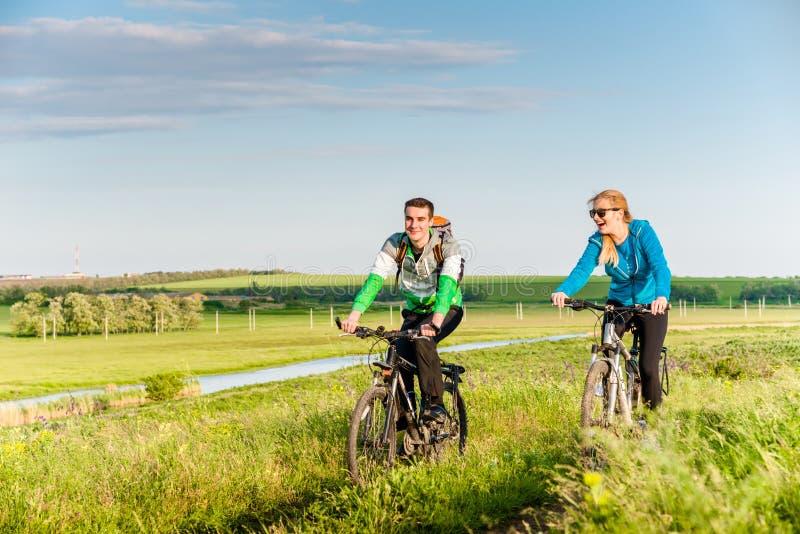 循环的夫妇户外 免版税库存照片