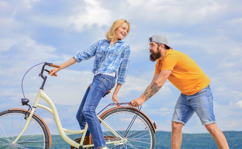 循环的服务 服务和协助 技工帮助维护自行车 支援服务 妇女乘坐自行车天空 库存图片