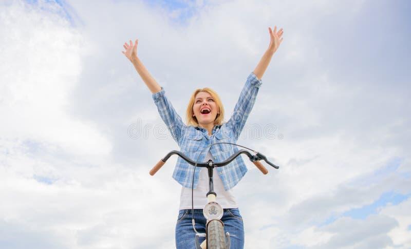 循环的顶面精神好处 妇女享受自由,当乘坐时 每天骑自行车使您更加愉快 骑自行车的爱好 免版税库存图片