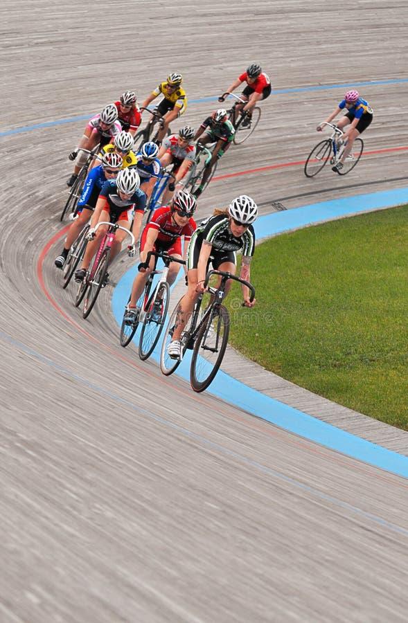 循环的s室内自行车赛场妇女 免版税库存照片