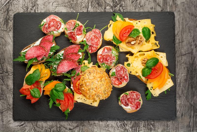 微型三明治食物集合 Brushetta或地道传统西班牙塔帕纤维布午餐桌的 可口快餐,开胃菜 库存图片