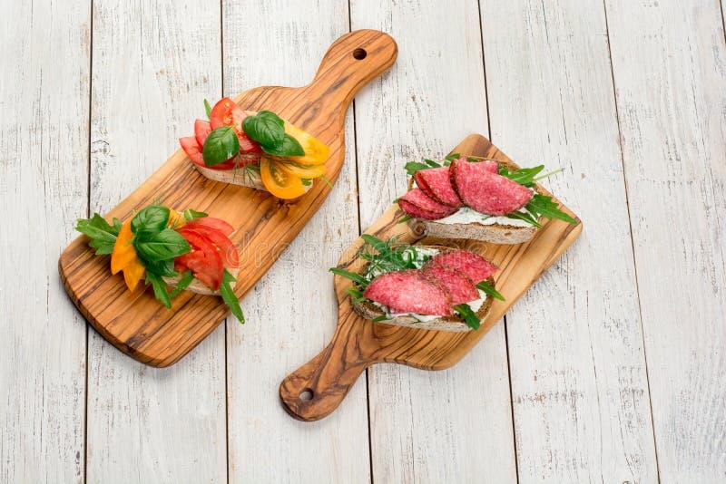 微型三明治食物集合 Brushetta或地道传统西班牙塔帕纤维布午餐桌的 可口快餐,开胃菜 免版税库存照片