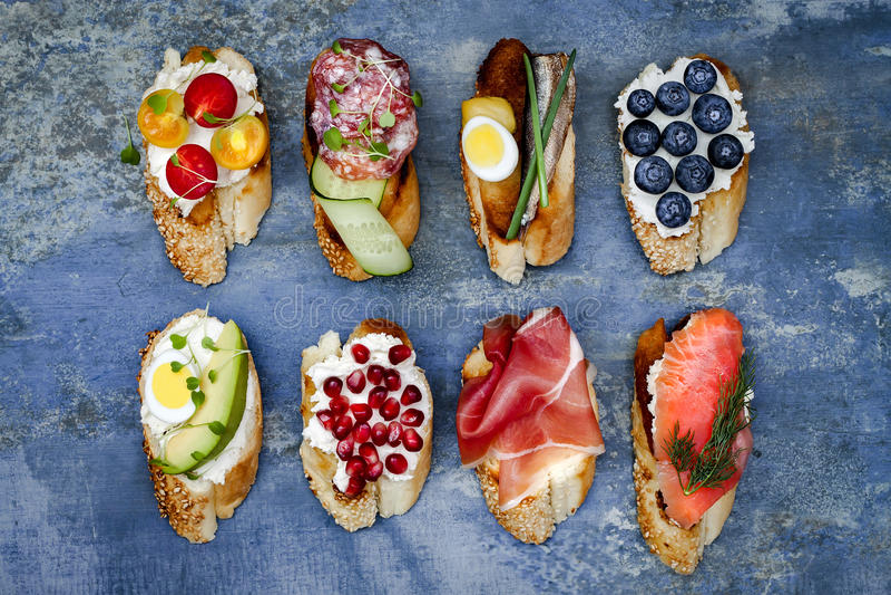 微型三明治食物集合 Brushetta或地道传统西班牙塔帕纤维布午餐桌的 可口快餐,开胃菜,开胃小菜 库存照片