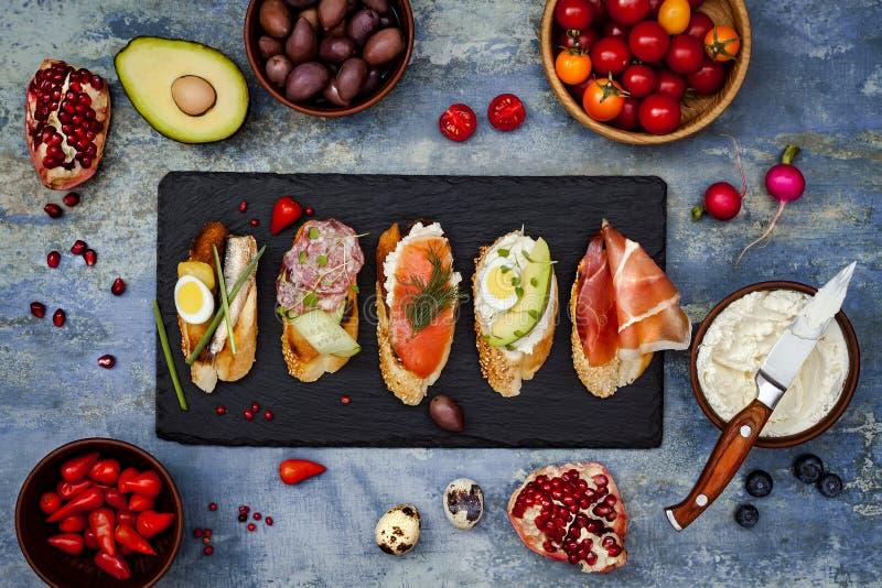 微型三明治食物集合 Brushetta或地道传统西班牙塔帕纤维布午餐桌的 可口快餐,开胃菜,开胃小菜 库存图片