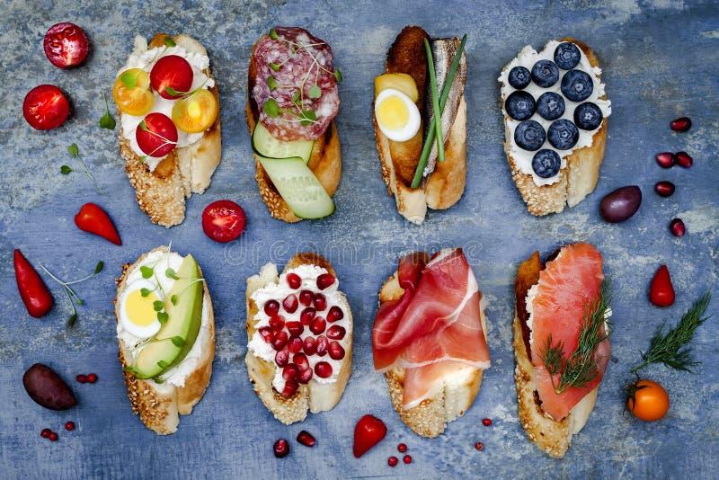 微型三明治食物集合 Brushetta或地道传统西班牙塔帕纤维布午餐桌的 可口快餐,开胃菜,开胃小菜 免版税库存照片