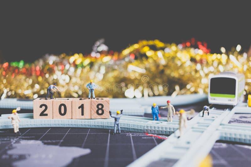 微型人工作者修造木批号2018年 免版税库存图片