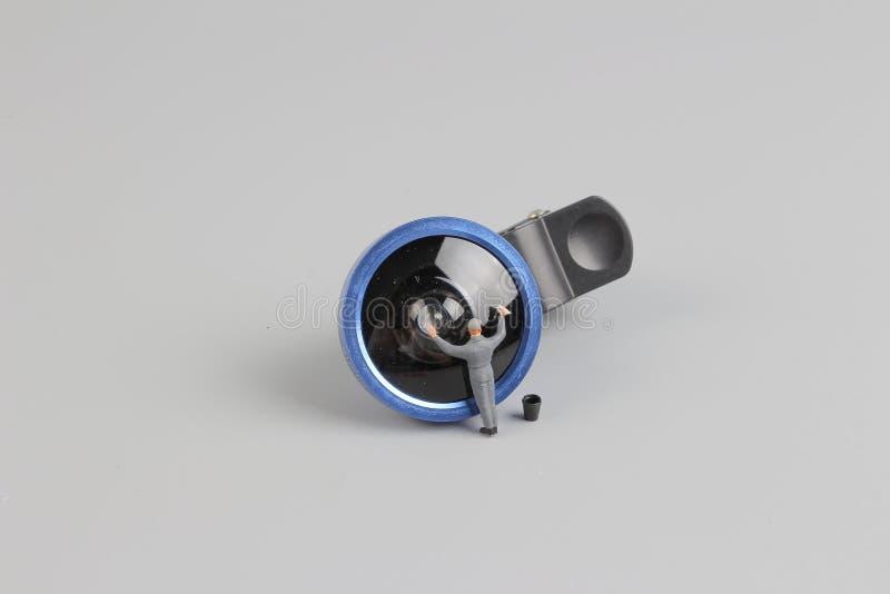 微型人工作者清洁照相机len 免版税库存照片