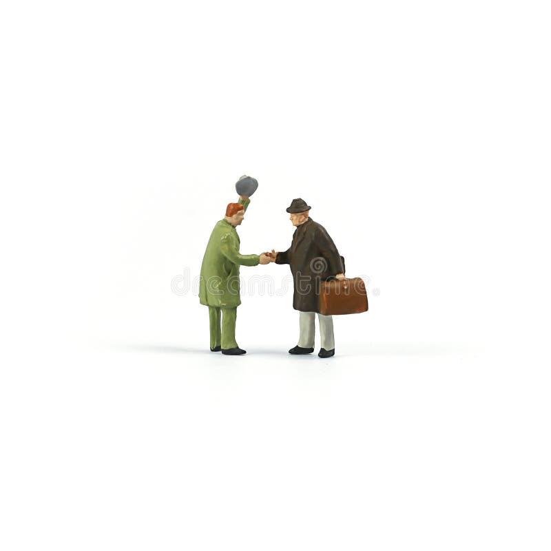 微型人民计算,与朋友的旅游握手 免版税库存照片