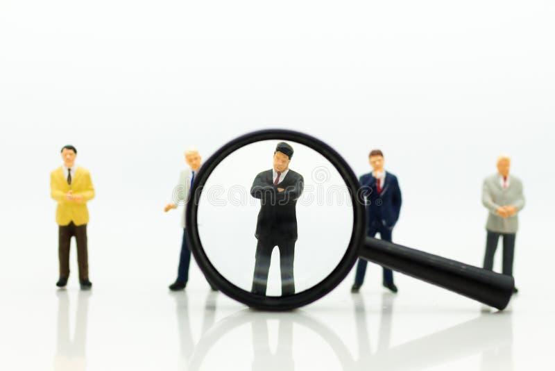 微型人民,小组商人与队一起使用,使用当适合的雇员的背景选择, HR, HRM, HRD 库存图片