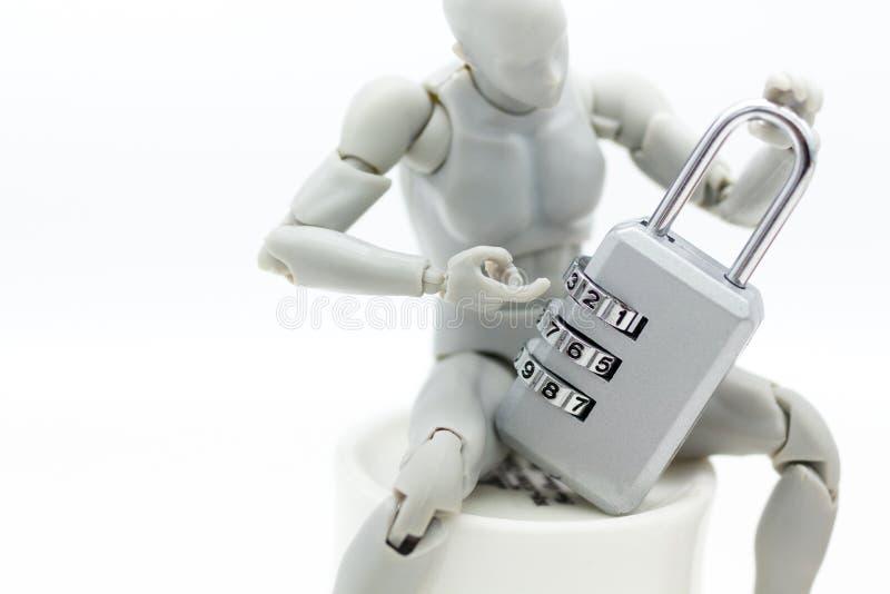 微型人民:与万能钥匙内码的机器人模型 背景保安系统的,文丐,企业概念图象用途 免版税库存图片