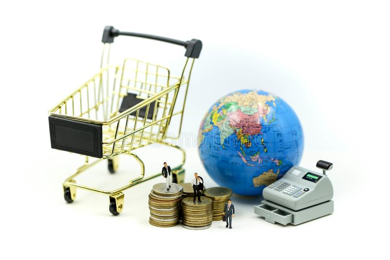 微型人民:与现钞机,企业金钱概念手推车的商人  免版税图库摄影