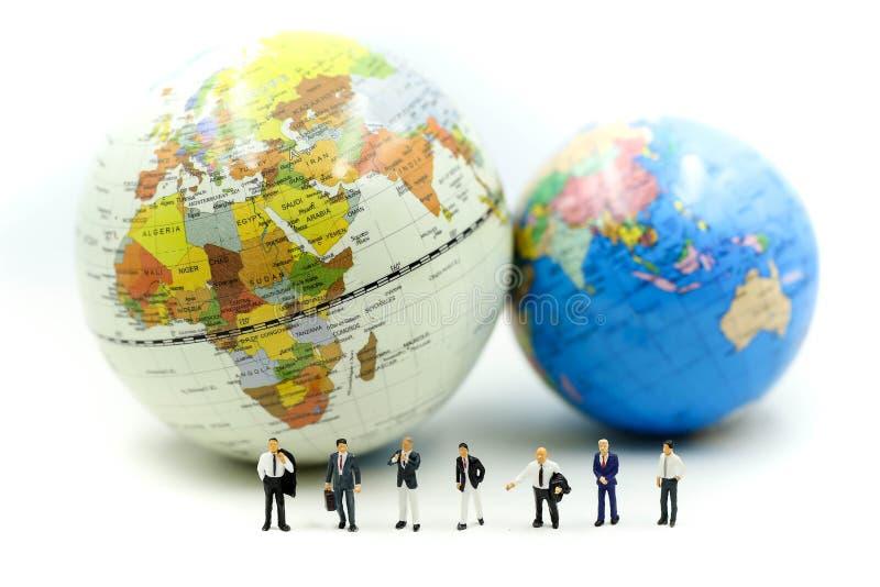 微型人民:与miniworld,国际企业概念的商人队 免版税库存照片