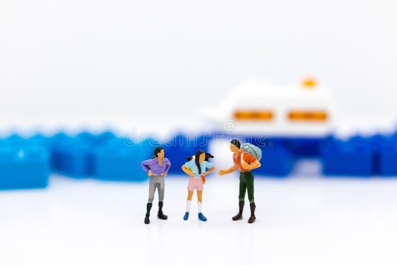 微型人民:乘客等待的车为去目的地,运输 企业背景概念的图象用途 免版税图库摄影