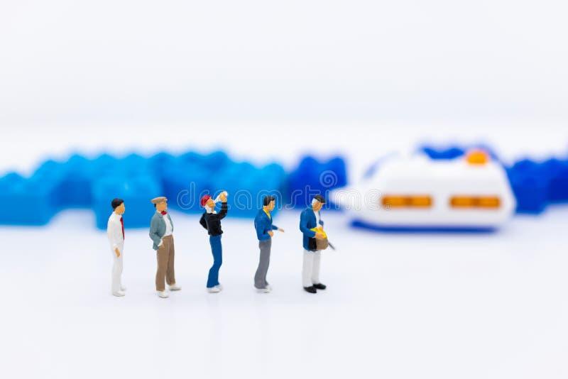微型人民:乘客等待的车为去目的地,运输 企业背景概念的图象用途 免版税库存照片