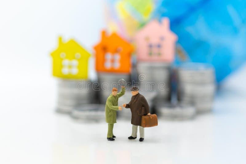 微型人民:商人会议保证贷款,第三方,保人 企业概念的图象用途 免版税图库摄影